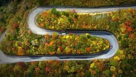高速上连变四车道 硬把隔壁车挤到另一条高速上